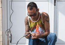 Malage el artista que convierte las piedras en peces | Macaronesia Fuerteventura
