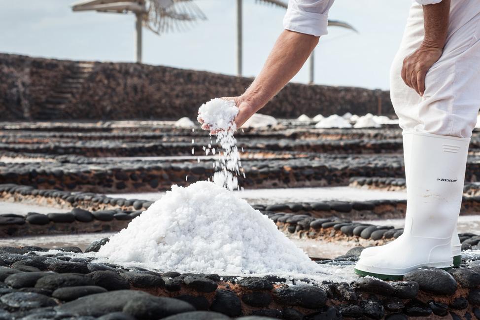 Proceso artesanal de producción de la sal de Fuerteventura | Macaronesia Fuerteventura